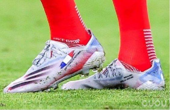 阿迪达斯欧洲杯战靴上的国旗定制细节