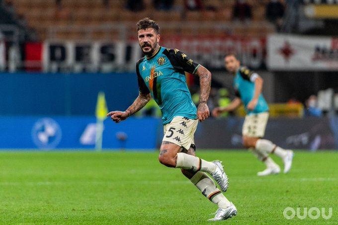 威尼斯穿着违反意甲规定的球衣